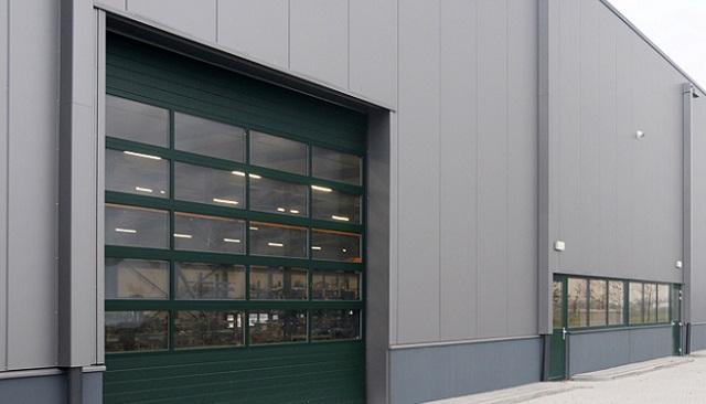 Teollisuushallin nosto-ovi