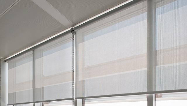 Toimiston ikkunan rullaverhot