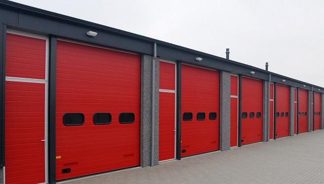 Punaiset nosto-ovet