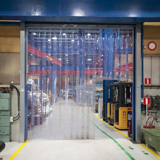 Liuskaverho-ovi tehtaassa