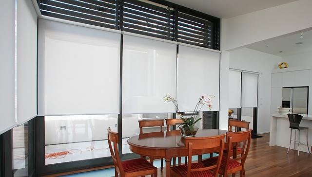 Rullaverhot keittiön ikkunoissa
